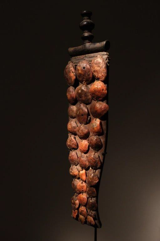 Knife Baule Ivory Coast Wood, leather, metal and shells H.52 centimeters Price: 2500 euros