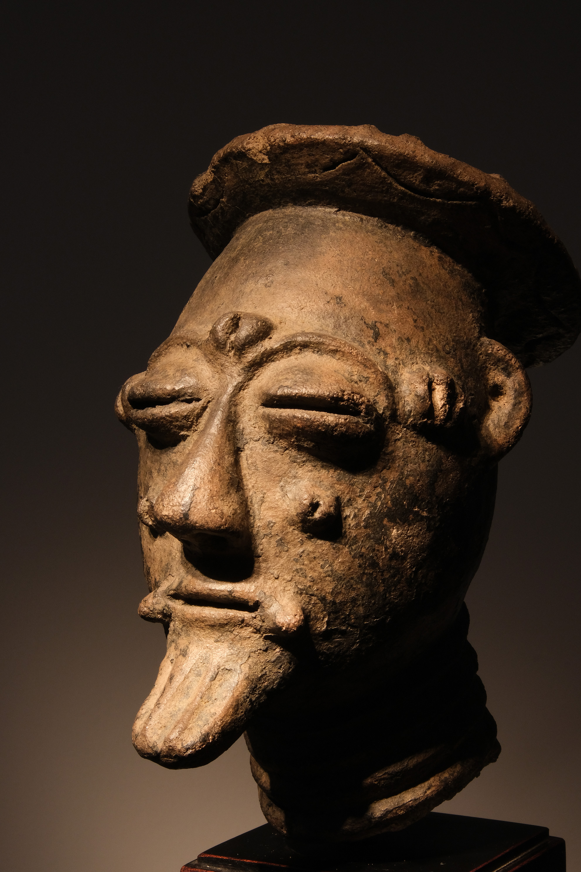 Tête Akan, Ghana Terre-cuite H: 18cm Provenance: Collection Franco Monti, Italie
